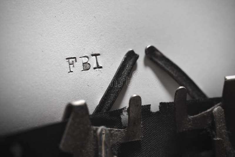 Oude schrijfmachine met het geschreven tekstfbi stock afbeelding