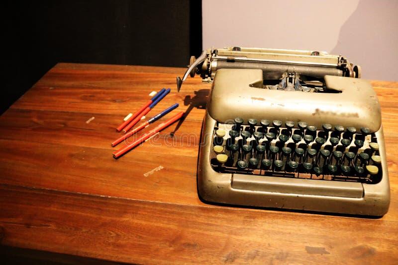 Oude schrijfmachine op de lijst stock afbeeldingen