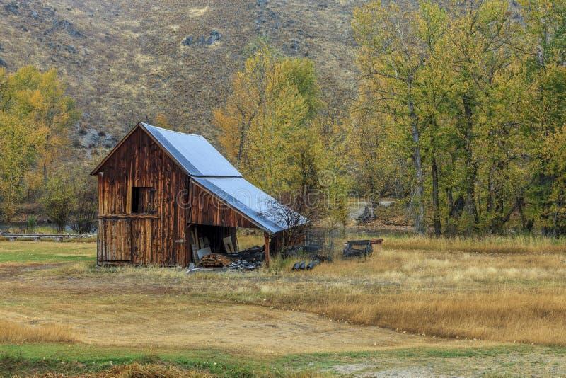 Oude schuur in de herfst stock afbeeldingen