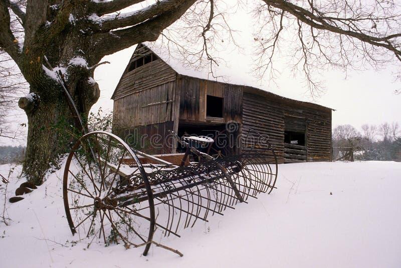 Oude schuur in de sneeuw royalty-vrije stock foto's