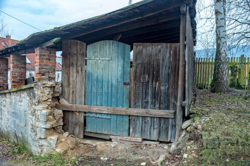 Oude schuur met een voorlopige deur stock foto