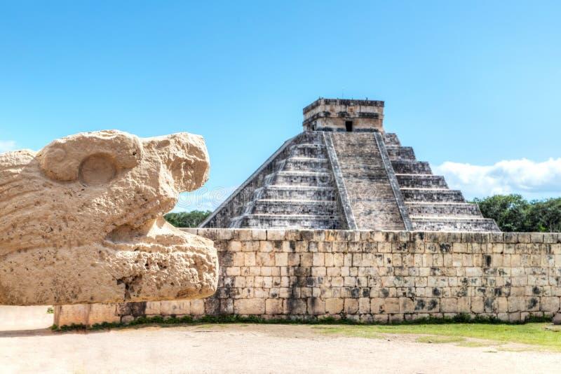 Oude serpent smaakvol met piramide van Kukulcan op Chichen Itza royalty-vrije stock afbeeldingen