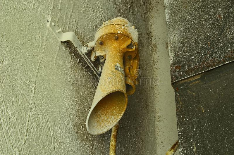 Oude sirene op de muur Oude fabriekssirene Close-up stock afbeelding