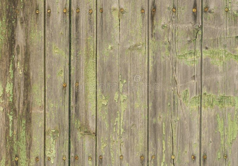 Oude sjofele houten muur met ruty spijkers stock foto's