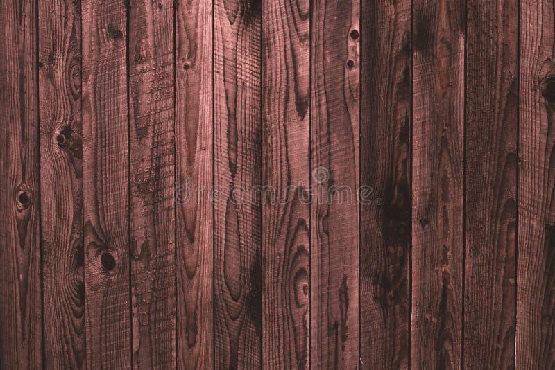 Oude sjofele houten roze omheining, houten oppervlakte Dilapidated roze houten raad, grunge de houten achtergrond van de patroont royalty-vrije stock afbeelding