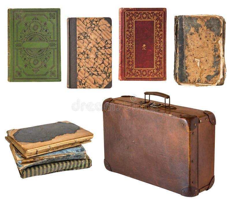 Oude sjofele uitstekende die koffer en boeken op witte achtergrond wordt geïsoleerd Retro stijl stock foto's