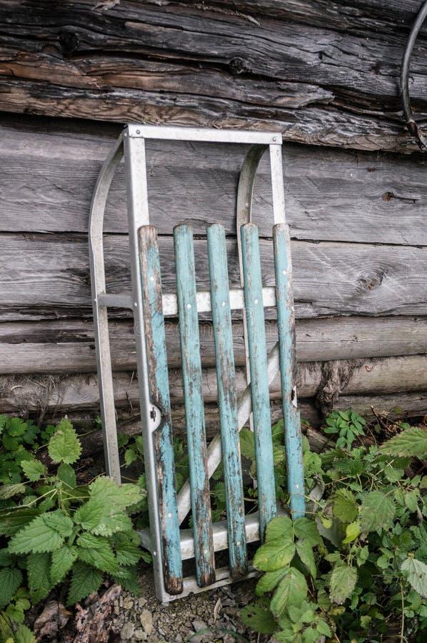 Oude slee in Russisch dorp stock foto