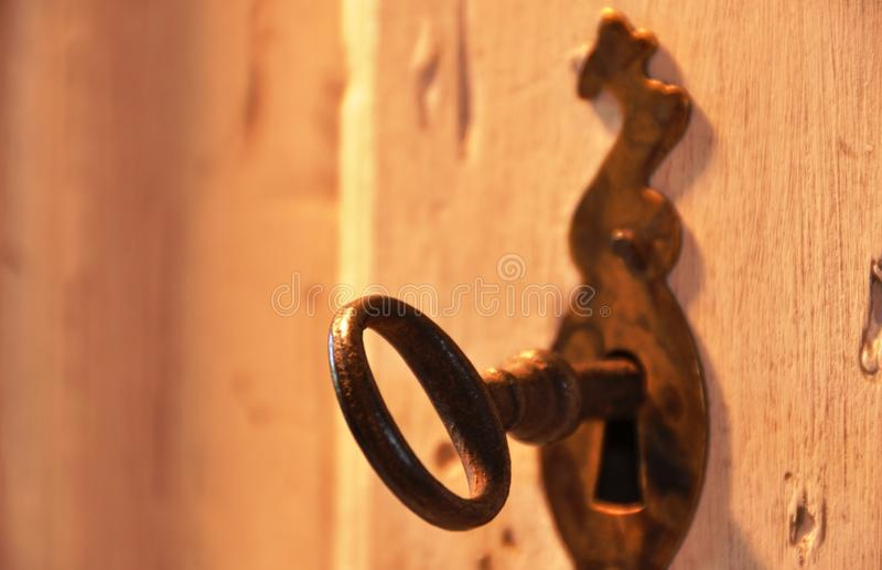 Oude sleutel in een slot royalty-vrije stock fotografie