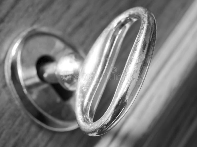 Oude sleutel in het slot stock foto