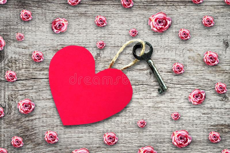 Oude sleutel met een markering uit document hart op een houten lijst De ruimte van het exemplaar Hoogste mening De dagachtergrond royalty-vrije stock foto