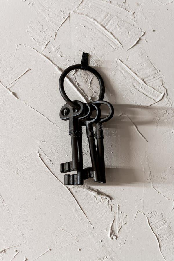 Oude sleutels in de muur stock foto
