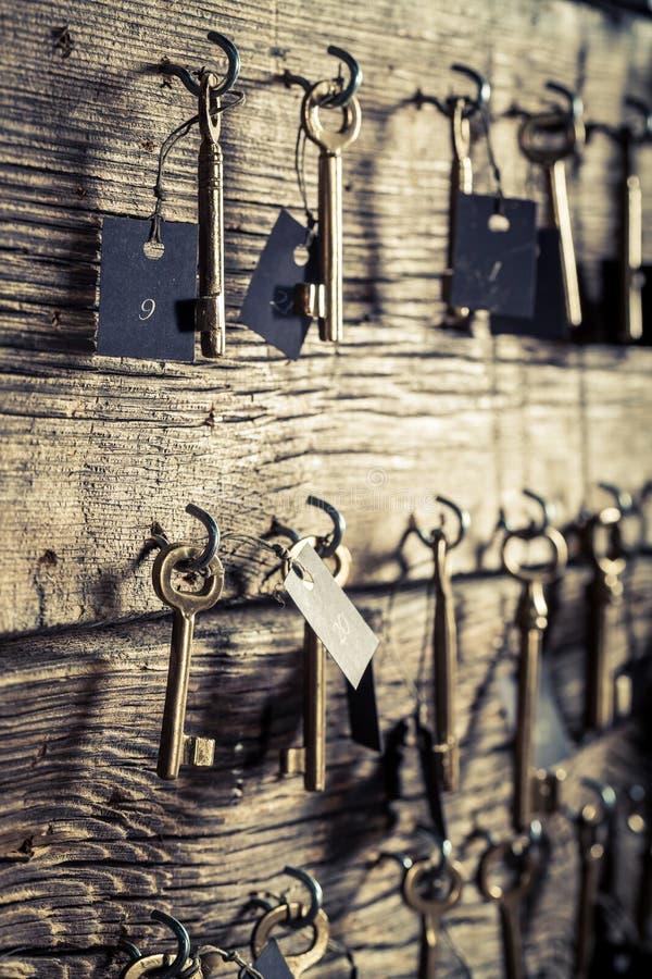 Oude sleutels met aantal in hotel op houten muur royalty-vrije stock foto's