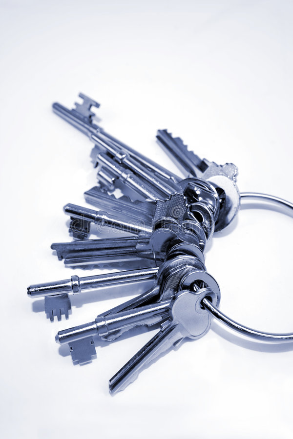 Oude sleutels op sleutelring   stock foto's