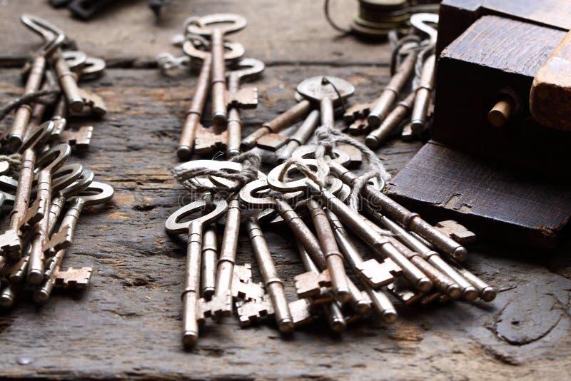 Oude sleutels op werkbank A stock afbeelding