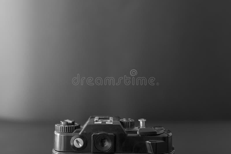 Oude SLR-camera op een donkere achtergrond stock fotografie