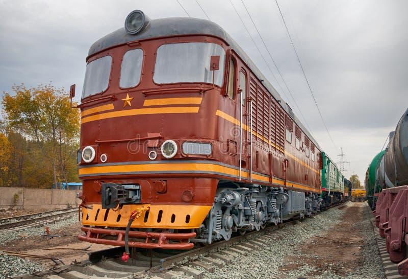 Oude sovjet diesel locomotief stock afbeelding