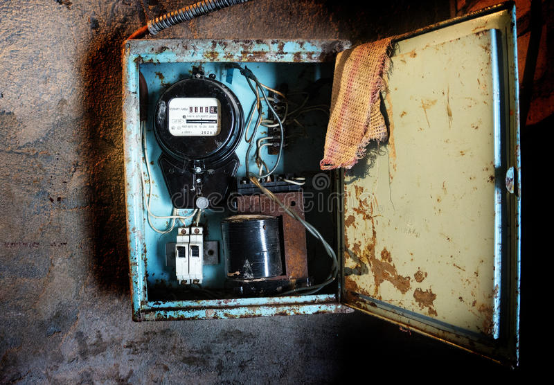Oude Sovjetelektriciteitsmeter op de muur royalty-vrije stock fotografie