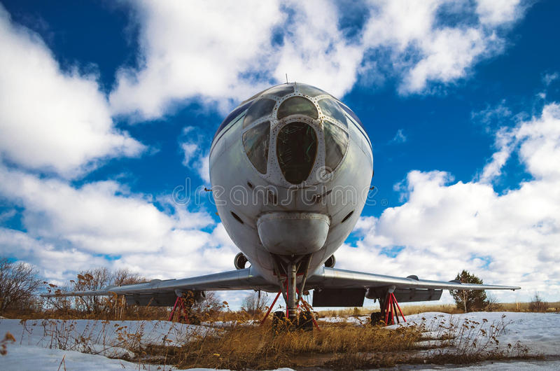 Oude Sovjetvliegtuigen op het behoud tegen de achtergrond van wolken stock fotografie