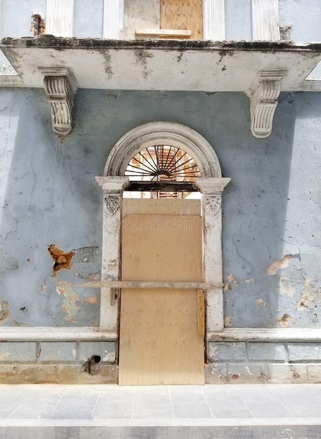 Oude Spaanse deur met een deurkloppers in San Juan, Puerto Rico stock afbeeldingen