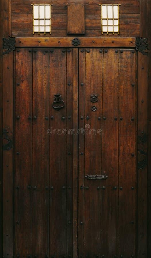 Oude Spaanse uitstekende houten deur royalty-vrije stock foto's