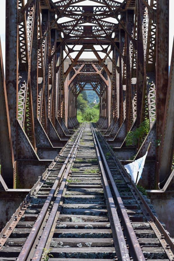 Oude spoorwegbrug in de bergen stock foto
