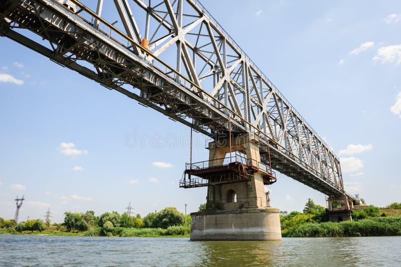 Oude spoorwegbrug over de Dniester dichtbij Ribnita, Moldavië stock afbeelding