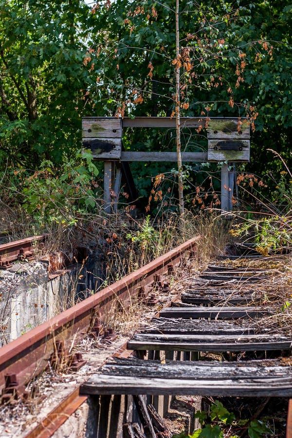 Oude spoorwegsporen met buffer stock afbeelding