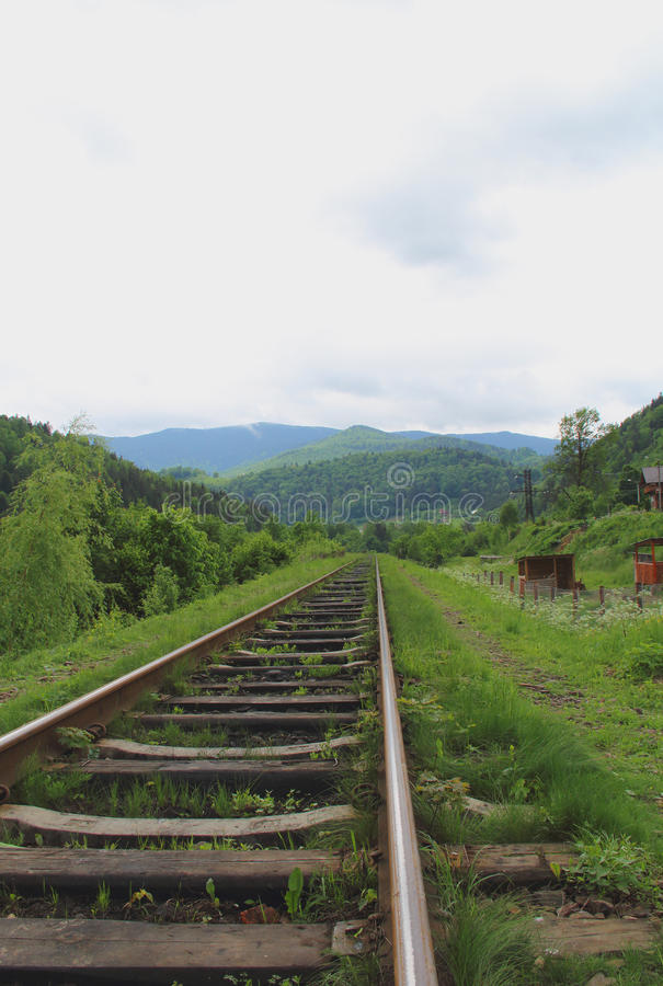 Oude sporen die ver weg naar het Bergenlandschap gaan stock foto