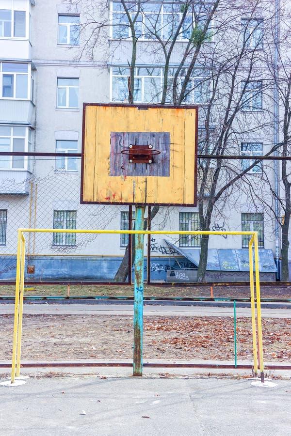 Oude sportengrond in de werf Basketbalring Poorten voor voetbal royalty-vrije stock fotografie