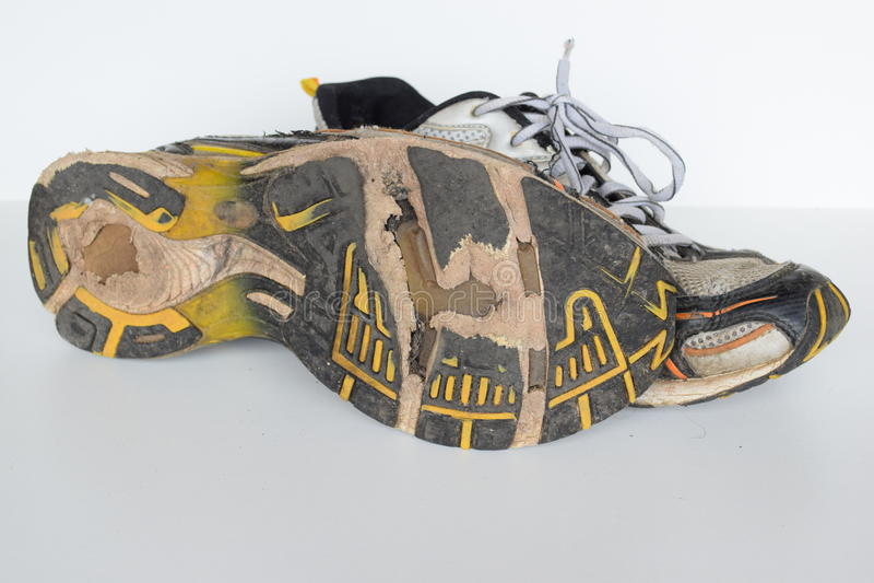 Oude sportschoenen, oude joggingschoenen, oude tennisschoenen, uitgeputte sportschoenen, oude lopende sportschoenen royalty-vrije stock foto's
