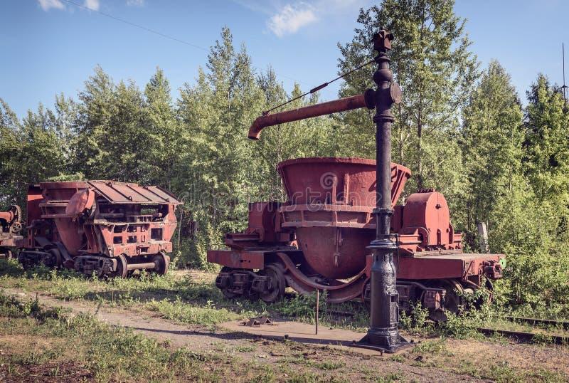 Oude staalemmers om het gesmolten ijzer te vervoeren royalty-vrije stock afbeeldingen