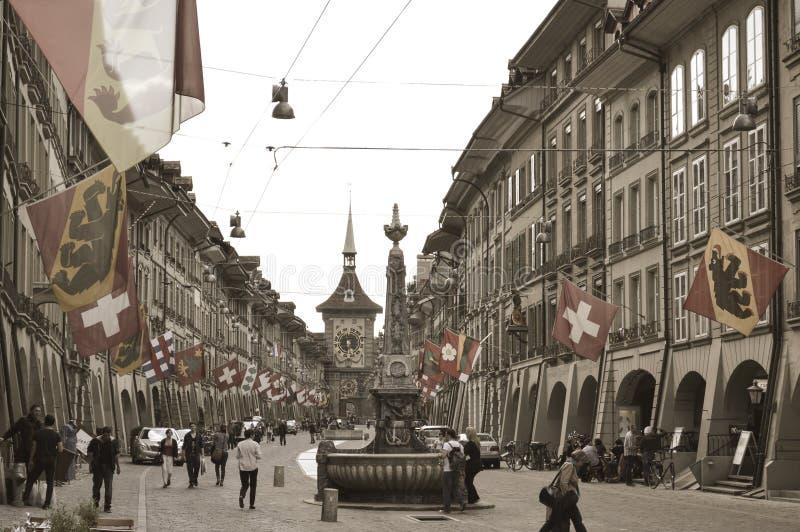 Oude stad in Bern, de klokketoren van Zytglogge en fontein stock fotografie