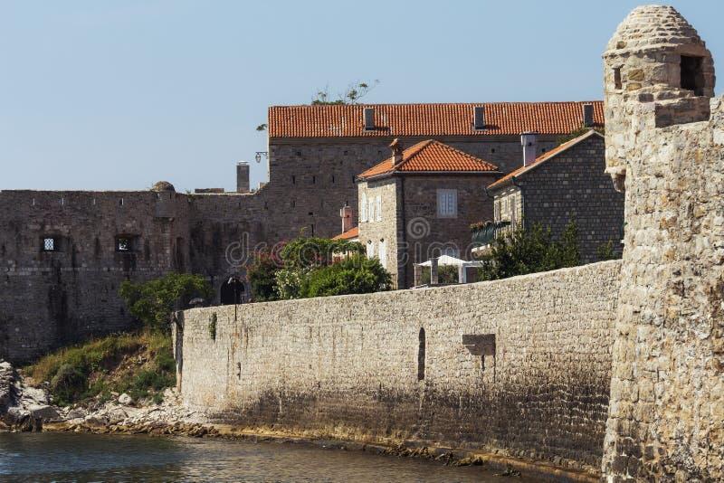 Oude stad Budva, Montenegro De mening bij de middeleeuwse citadel en de oude stad van Budva Zachte nadruk royalty-vrije stock fotografie