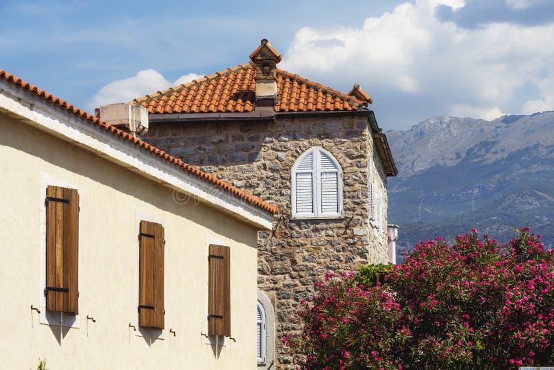 Oude stad Budva, Montenegro Wij zien oude huizen, een zeer smalle straat en grote bergen royalty-vrije stock foto