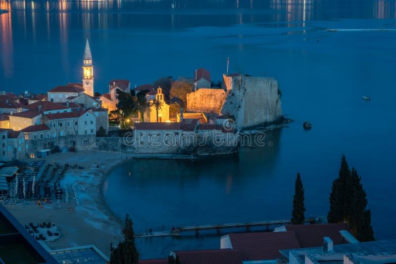 Oude Stad in Budva van hierboven bij nacht stock foto