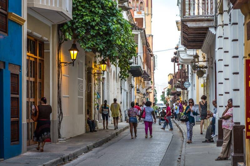 OUDE STAD CARTAGENA, COLOMBIA - September 20 2013 - Toeristen en plaatselijke bewoners die binnen de oude stad in Cartagena lopen royalty-vrije stock foto's