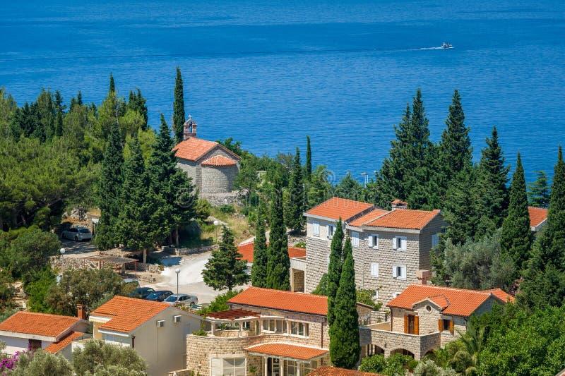 Oude stad en steenkapel aan Adriatische overzeese kosten royalty-vrije stock afbeelding