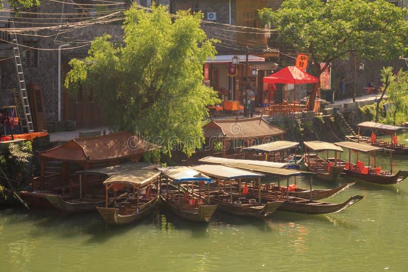 Oude Stad Fenix in China Historisch Aziatisch Landschap met Waterkanalen, Blokhuizen, Gondelboten stock foto's