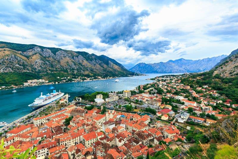Oude stad Kotor, Montenegro Het landschap van de berg stock afbeeldingen
