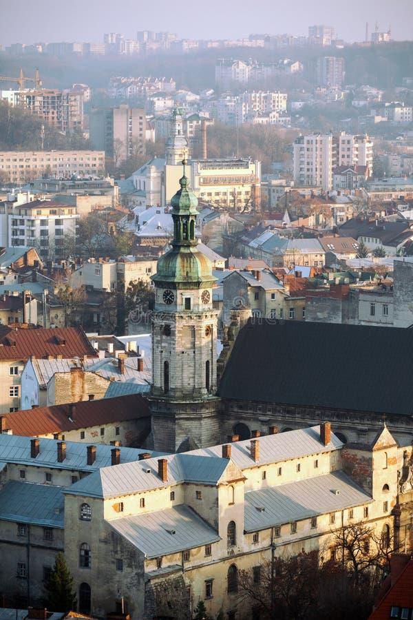 Oude stad met een kerk in het centrum, Lviv-stad, de Oekraïne Klokketoren van Bernardine Monastery stock fotografie