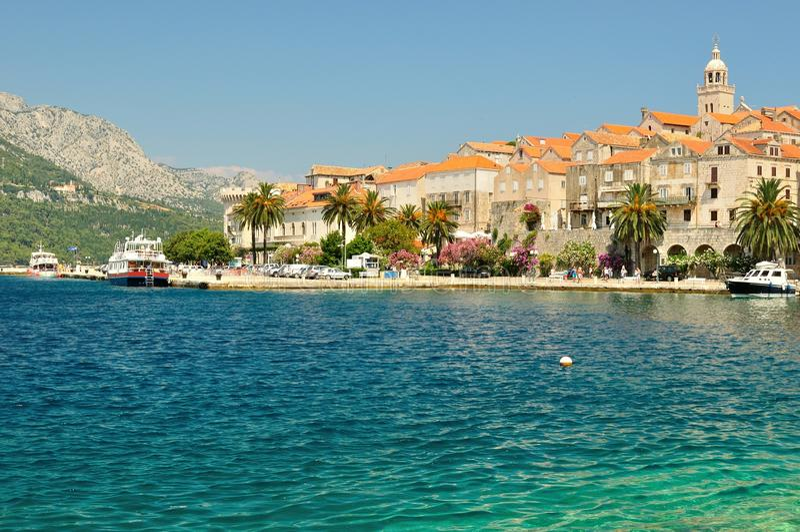Oude stad met haven van Korcula, Kroatië stock afbeeldingen