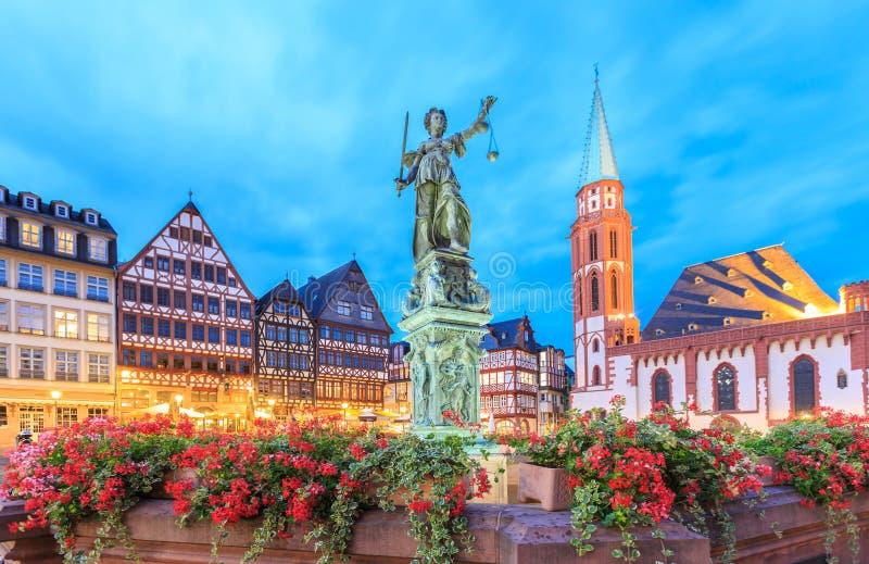 Oude stad met het Justitia-standbeeld in Frankfurt stock foto