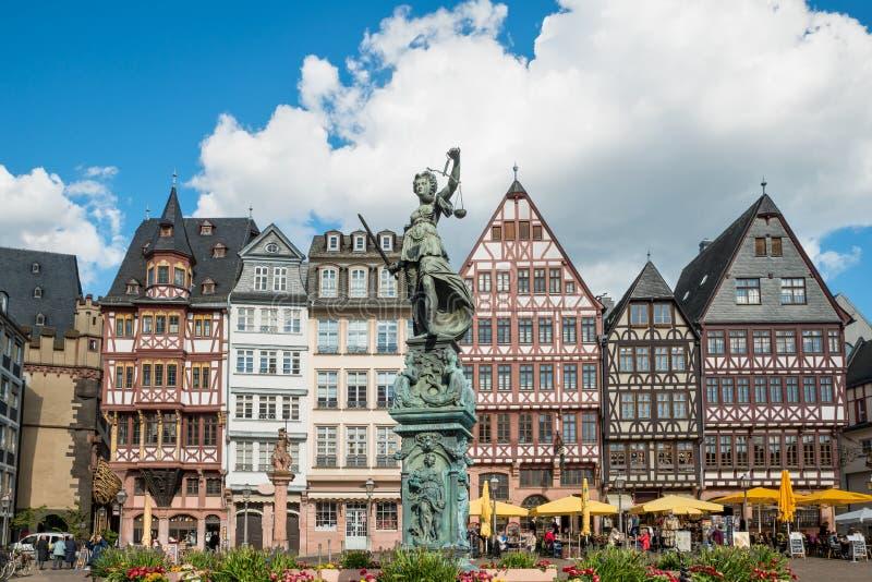 Oude stad met het Justitia-standbeeld in Frankfurt, Duitsland royalty-vrije stock fotografie