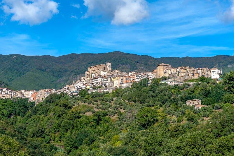 Oude stad op heuvel in Calabrië op een bergenachtergrond stock afbeelding