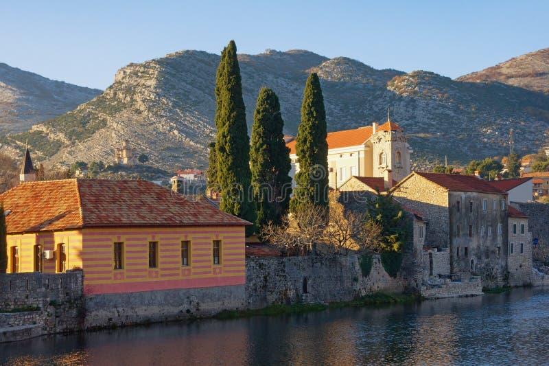 Oude stad op rivierbank Bosnië-Herzegovina, mening van Oude Stad van Trebinje en Trebisnjica-rivier op zonnige de winterdag royalty-vrije stock fotografie