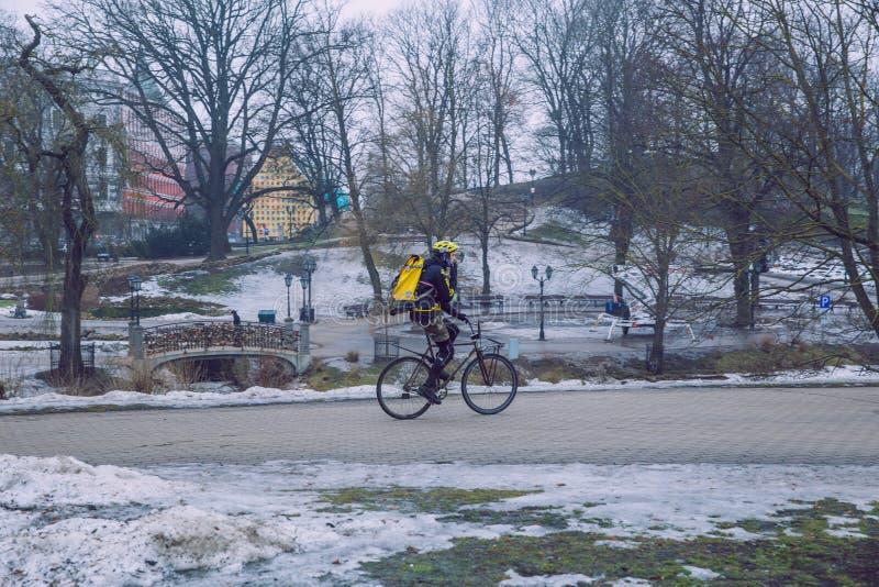 Oude stad, stadscentrum, volkeren en fiets Straten en aard Reisfoto 2019 stock afbeelding