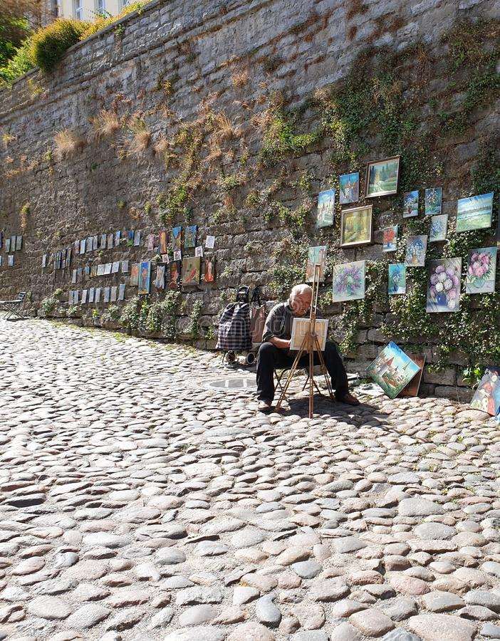 Oude stad Tallinn, Estland - Straatkunstenaar die een beeld voor toeristen schilderen royalty-vrije stock afbeelding