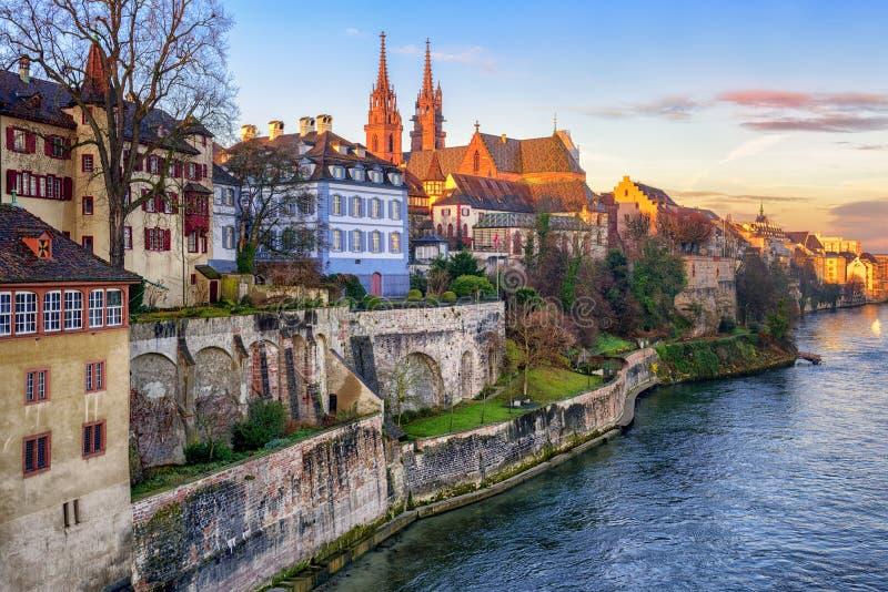 Oude stad van Bazel met de kathedraal die van Munster de Rijn-rivier onder ogen zien, stock foto's