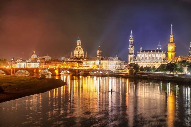 Oude stad van Dresden op Elbe rivier bij nacht, Duitsland royalty-vrije stock fotografie
