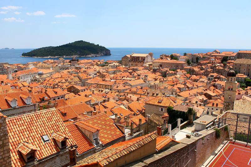 Oude stad van Dubrovnik dichtbij het overzees, dakbovenkanten royalty-vrije stock fotografie